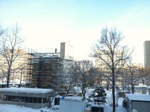 札幌雪祭り 1月20日 大雪像 枠に雪がしっかりとつまり制作に入りました。人がいるのわかりますか?